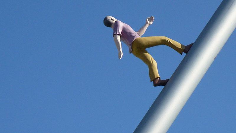 """""""Himmelsstürmer"""" in Kassel, Man walking to the sky, documenta 1992"""