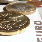 Illustration: Münzen auf Geldschein