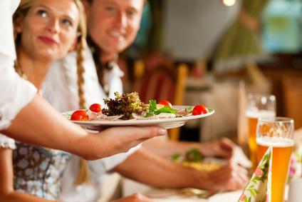 Kellnerin serviert in bayerischem Restaurant