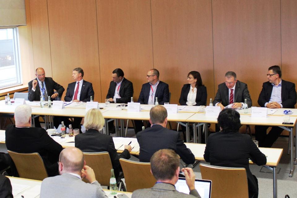 Lars Bergmann, Martin Eberhardt, Felix von Saucken, Kai Wolfram, Claudia Hoyer, Thomas Hegel, Francesco Fedele (v.l.n.r.) beim Expertentalk von Engel & Völkers Investment Consulting.