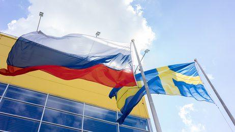 Fahnen von Schweden und Russland