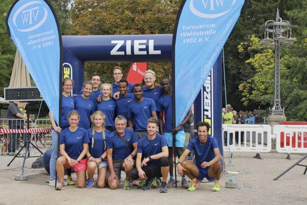 Bild mit Läufern im Ziel des 25-Stunden-Laufs 2018 in Wiesbaden