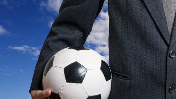 Mann mit Fußball