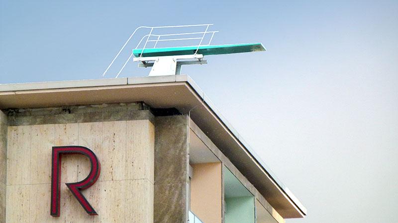 Hotel Reiss in Kassel mit Kunstwerk auf dem Dach