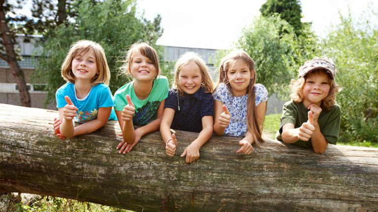 Illustration: Kinder auf Baumstamm