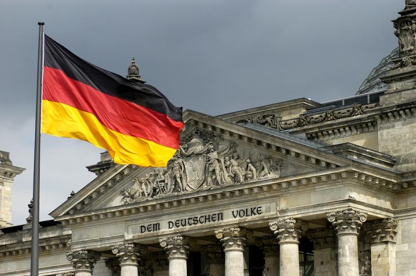 Deutschland, Fahne Vor Dem Reichstag In Berlin
